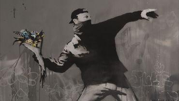 Banksy, 'Love is in the Air' (2015). Cliquez en haut à droite de l'image pour afficher les autres photos du diaporama.