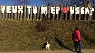 """Il la demande en mariage avec un énorme graffiti sur la E411, elle répond """"oui"""""""