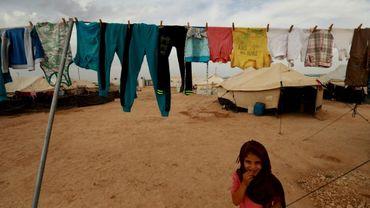 Une fillette originaire de la province de Deir Ezzor, dans l'est de la Syrie, se tient debout dans un camp de déplacés dans la province voisine de Hassaké le 8 octobre 2018