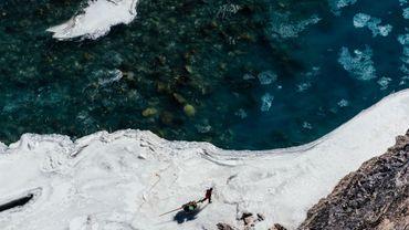 Depuis des siècles, au Ladakh (Himalaya indien), la traversée du fleuve gelé est la seule issue pour quitter les vallées enclavées par l'hiver.