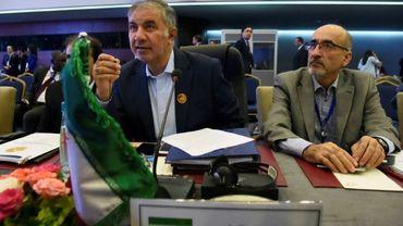 Le représentant de l'Iran à l'Opep, Hossein Kazempour Ardebili (G), au cours d'une réunion de pays producteurs de pétrole à Alger le 23 septembre 2018