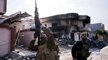 Un soldat irakien des forces spéciales vise un drone de l'EI dans le ciel, dans les environs de Mossoul, le 8 janvier 2017