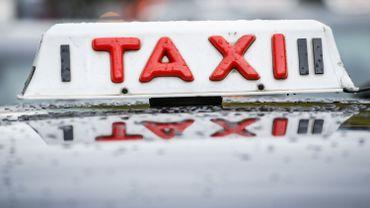Rassemblement de taxis devant le parlement bruxellois contre le plan de Pascal Smet