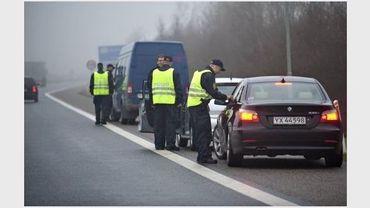 La police danoise contrôle des véhicules près de la frontière allemande, en 2009