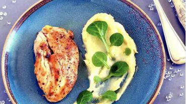 Filet de poulet farci aux truffes, crème, purée légère au beurre et salade de blé.