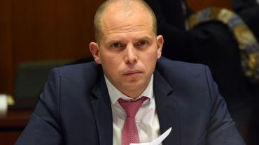 Pour le secrétaire d'Etat à l'Asile et la migration Theo Francken, cette diminution des places  est rendue possible par des procédures d'asile plus rapide et le taux d'occupation bas.