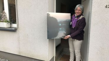 Bénédicte Scoyez reçoit une photo sur aluminium réalisée par le collectif Déclic