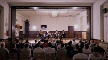 Le quatuor à cordes monte sur scène à la prison de Forest