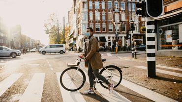 Amsterdam et Rotterdam abandonnent l'obligation du port du masque dans les espaces publics très fréquentés