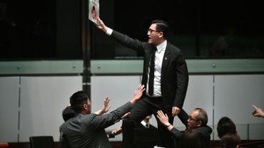 """""""Si vous m'accusez d'avoir violé la loi au Parlement, alors venez ici et arrêtez-moi. Je vous attends"""", a lancé Lam Cheuk-ting."""