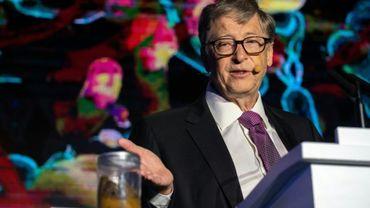 Le fondateur de Microsoft Bill Gates défend la nécessité de l'assainissement dans les pays en développement, un bocal rempli de déjections humaines à l'appui, à Pékin le 6 novembre 2018