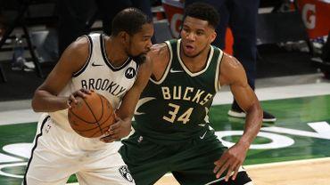 Brooklyn a chuté à Milwaukee, où Giannis Antetokounmpo a livré un duel dantesque avec Kevin Durant.