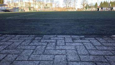 Sur ce terrain de foot ixellois, l'herbe synthétique disparait et les granulés de caoutchouc sont de plus en plus visibles