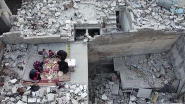 Une famille syrienne qui rompt le jeûne dans les décombres de son ancien logement