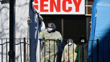 Des soignants à la sortie d'un hôpital du Queens, le 26 mars 2020 à New Yokr