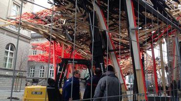 Le périmètre de sécurité a été agrandi sous la structure