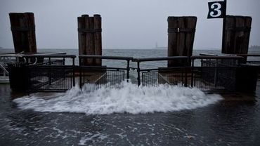 Une vague submerge d'eau le Battery Park à Manhattan, New York