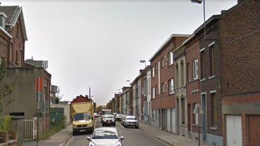 La rue Achille Chavée est cette longue artère rectiligne à sens unique qui permet aux automobilistes de quitter le centre de La Louvière pour rejoindre l'autoroute