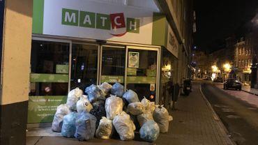 Des gilets jaunes namurois ont mené une action poubelles devant les supermarchés