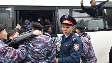 Des policiers arrêtent des manifestants de l'opposition au Kazakhstan le 9 juin 2019, pendant l'élection présidentielle qui a vu sans surprise la victoire du candidat du pouvoir