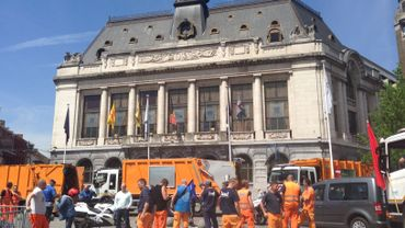 Les travailleurs de l'ICDI devant l'hôtel de ville de Charleroi