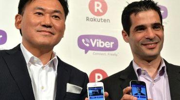 Le président du groupe Rakuten, Hiroshi Mikitani (g), et le PDG de Viber Talmon Parco, à Tokyo, le 14 février 2014