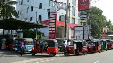 Des conducteurs de rickshaws motorisés au Sri Lankan font la queue pour acheter de l'essence, à Colombo le 29 octobre 2018