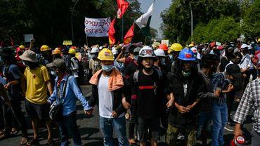 Manifestation d'étudiants devant l'université à Rangoun