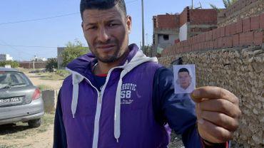 Yasin, le frère de l'agresseur Brahim Issaoui qui a tué trois personnes au couteau un jour avant que cette photo ne soit prise. Il se trouve devant la porte de la maison familiale à Sfax en Tunisie.