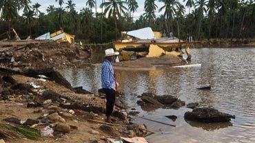 Un homme attend un bateau dans l'Etat mexicain de Guerrero touché par les tempêtes, le 21 septembre 2013