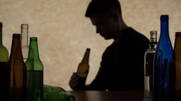Une consommation quotidienne d'alcool à l'âge de 18-20 ans est associée à un risque significatif de développer une maladie hépatique sévère.