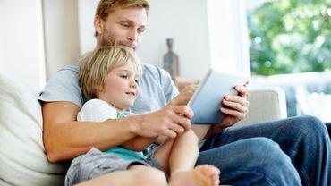 """Confinement : l'occasion de """"temps d'écran partagés"""" entre parents et enfants."""