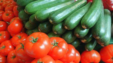 Des tonnes de surplus de légumes déversés sur un champ à Brecht