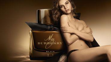 Lily James, l'égérie sexy du parfum My Burberry Black. ©Copyright Burberry/Mario Testino