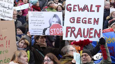 """""""Pas de violence contre les femmes"""", proclame un panneau après les violences sexuelles commises en Allemagne."""