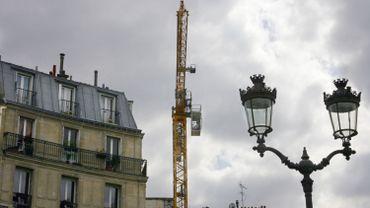 Selon le ministre Crucke (MR), le remplacement d'ampoule sur les 450 000 luminaires d'ORES permettra de réduire la consommation de 97 000 mégawatt-heure par an (Mwh/an), soit une baisse de 29 000 tonnes en équivalent CO2 par an.