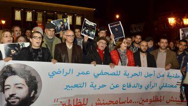 Des manifestants tirent des slogans lors d'une manifestation en soutien à Omar Radi, un journaliste marocain arrêté sur tweet critiquant le juge, le 28 décembre 2019, dans la ville de Rabat.