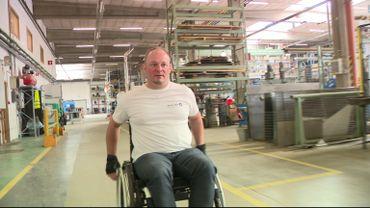 Olivier Delire se déplace aisément en chaise roulante sur son lieu de travail.