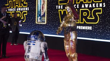 """Les droïdes R2-D2 and C-3PO pour la première de """"Star Wars : Le réveil de la force"""", à Hollywood"""