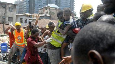 Les secours sauvent un enfant piégé dans un immeuble effondré de Lagos le 13 mars