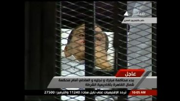 Hosni Moubarak sur son lit dans la salle d'audience