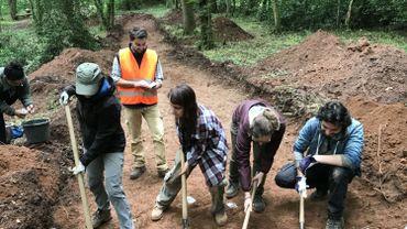 Des étudiants en archéologie de l'ULB participent aussi aux fouilles