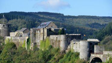 Paisible cité de l'Ardenne, sur les rives de la Semois, Bouillon est célèbre pour son château fort et son célèbre croisé, Godfroid..