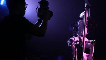 """Un journaliste filme un """"robot stripper"""" pendant une présentation de robots érotiques à Las Vegas en janvier 2018"""