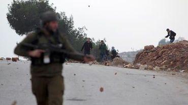 De jeunes Palestiniens manifestent contre la construction d'une nouvelle colonie, près de Ramallah le 7 décembre 2013