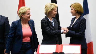 Les ministres de la Défense néerlandaise, allemande et française lors de l'accord.