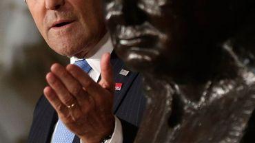 John Kerry présente le buste de Winston Churchill, installé au Capitole
