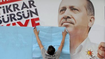 Des affiches à l'effigie du président Erdogan, comme celle qu'auraient déchirée les deux enfants, tapissent les rues de Turquie à l'approche des élections.