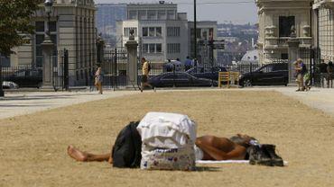 Un sans-abri allongé l'année dernière sous 33 degrés.