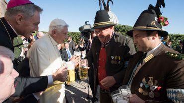 Benoît XVI dans les jardins du Vatican, le 17 avril, avec une délégation bavaroise